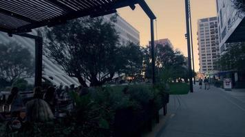 Panoramique d'un restaurant moderne avec des gens à Los Angeles en 4k