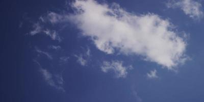 Laps de temps des nuages altocumulus traversant la scène de droite à gauche avec rayon de soleil de droite 4k