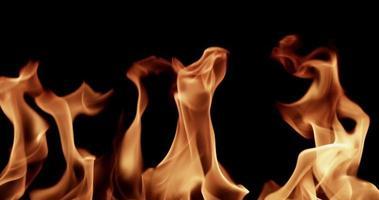 fiamme calde controllate che creano effetti speciali caldi al rallentatore 4K