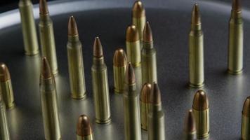 Disparo giratorio cinematográfico de balas sobre una superficie metálica - balas 068