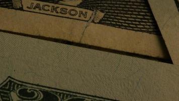 rotierende Stock Footage Aufnahme der amerikanischen Papierwährung auf einem amerikanischen Adlerschild Hintergrund - Geld 0413