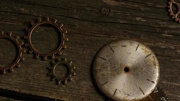 girato stock footage rotante di quadranti di orologi antichi e stagionati - quadranti 058