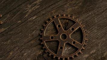 girato stock footage rotante di quadranti di orologi antichi e stagionati - quadranti 028