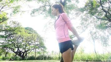 mulher asiática jovem saudável exercitando no parque.