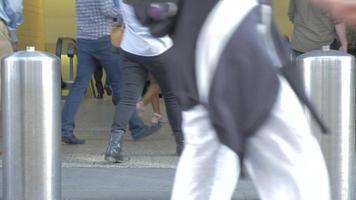 peatones caminando hacia la entrada del metro 4k
