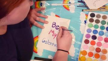 Fotografía cenital de la mujer que hace la tarjeta divertida de san valentín para el día de san valentín | material de archivo gratis