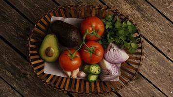 Tourné en rotation de beaux légumes frais sur une surface en bois - barbecue 115