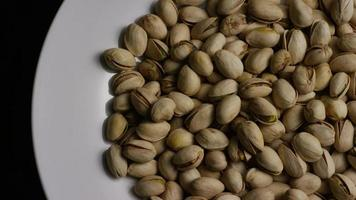 Tir cinématique et rotatif de pistaches sur une surface blanche - pistaches 027