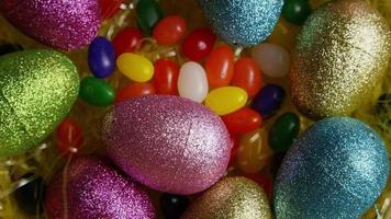 Foto giratoria de decoraciones de pascua y dulces en la colorida hierba de pascua - pascua 014