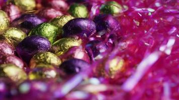 foto rotativa de doces de páscoa coloridos em uma cama de grama de páscoa - páscoa 220
