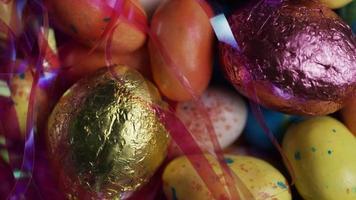 foto rotativa de doces de páscoa coloridos em uma cama de grama de páscoa - páscoa 165
