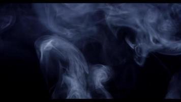nuvens etéreas subindo girando e desenhando linhas delicadas e redemoinhos na escuridão em 4k video