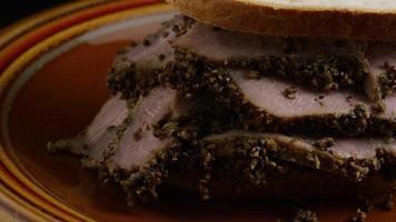 dose rotativa de delicioso sanduíche de pastrami premium ao lado de um bocado de mostarda dijon - alimento 034