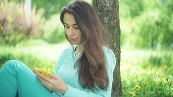 mulher debaixo de uma árvore video