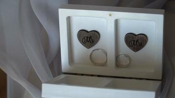 dos anillos de boda en una caja