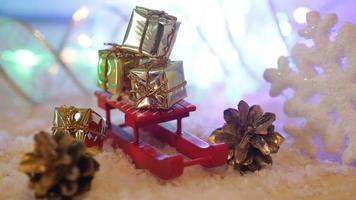 Mini-Geschenkboxen auf einem roten Schlitten