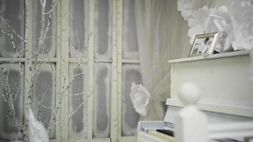 piano branco com moldura para foto
