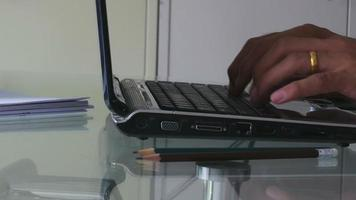 empresario usando una computadora portátil.