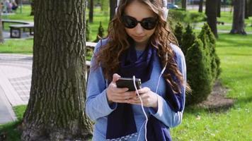 jovem ouvindo música no parque