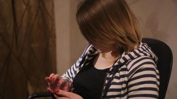 mulher usando smartphone em casa video