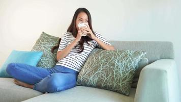 mujer relajada en el sofa video
