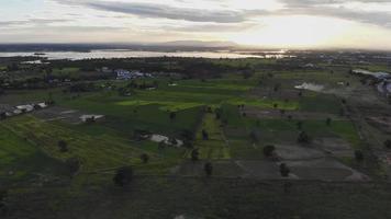 vídeo de um drone de última geração com o pôr do sol como fundo.