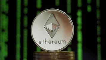 Ethereum de criptomonedas sobre un montón de monedas