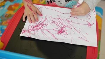 garota desenha com marcador no papel