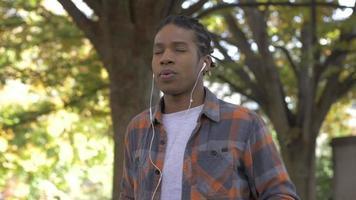 homem afro-americano praticando meditação no parque