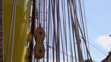 Detalles de cuerdas y carretes en un galeón histórico en cámara lenta