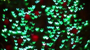 luzes em forma de coração verde borrado