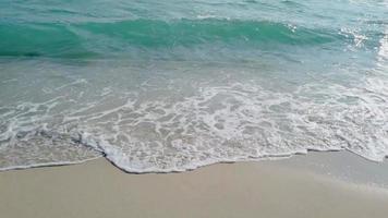 onde che raggiungono la spiaggia di sabbia