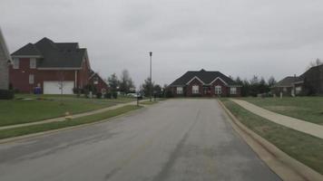 Coche que circula por las calles de un barrio se detiene para detener la señal