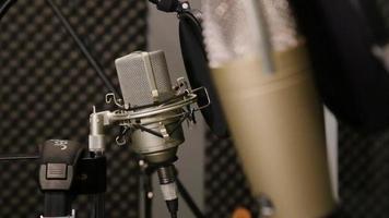 microfoni da studio di registrazione, cuffie - messa a fuoco su rack video