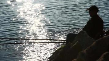 um pescador na praia