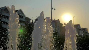 dia quente de verão e uma fonte de água