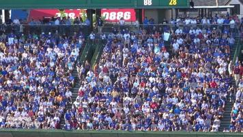 Plan large de fans de louveteaux à wrigley field hd video