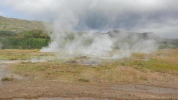 géiseres y vapor procedentes del suelo en islandia 4k video