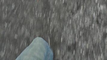 pernas / pés de homem vistos caminhando na estrada 4k