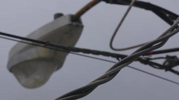 líneas eléctricas y cielos grises video