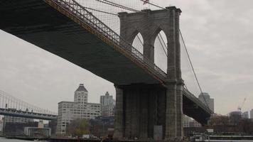 bajo el puente de brooklyn video