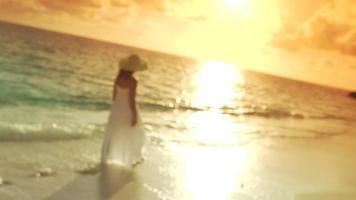 mulher de vestido branco caminhando ao longo da costa