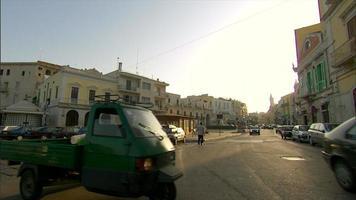 carros e trânsito em uma rua italiana