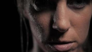 close-up de mulher com rosto suado saindo