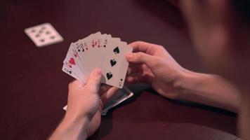 vista de persona jugando a las cartas en la mano 4k video