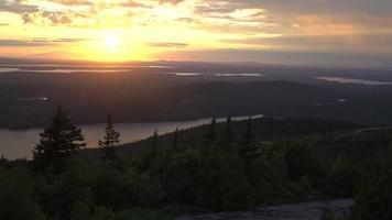 puesta de sol fuera del centro del horizonte 4k
