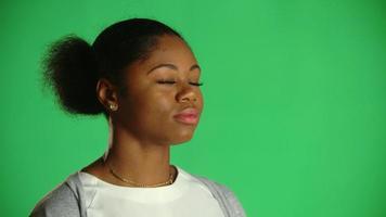 Jovem mulher americana africana chiclete atitude eyeroll 1