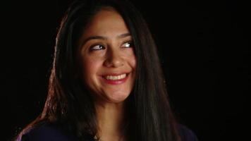 chica de pelo oscuro tonta sonriendo a la cámara 1 video