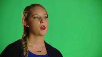mujer masticando chicle con actitud