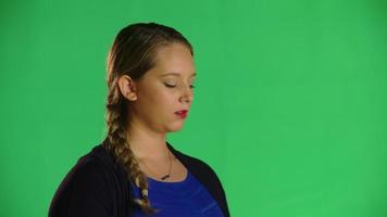 la donna prende il respiro profondo e guarda la clip in studio